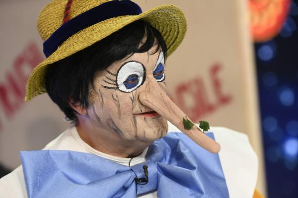 Dorel Visan, in timp ce este deghizat in Pinocchio, si are un moment artistic pe scena Revelionului Starurilor 2021