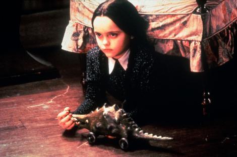 Christina Ricci, interpretând-o pe Wednesday din Familia Addams