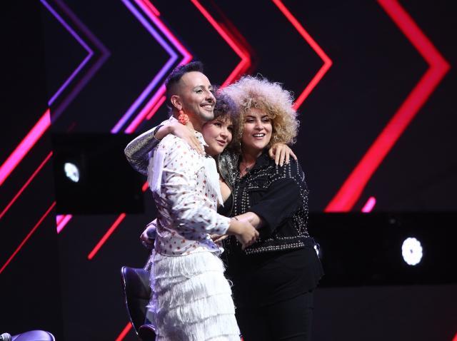Alina Dincă, Kalon Rae și Sonia Mosc, îmbrățișându-se pe scenă