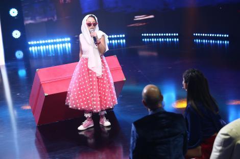 AMI, trăgând de valiza roz, devenită celebră în clipul Cleopatrei Stratan de acum 15 ani