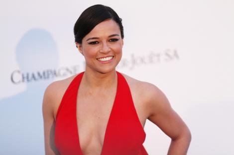 Michelle Rodriguez, actrita din fast and furious, intr-o rochie rosie, la un eveniment monden
