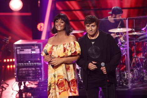 Monica Anghel într-o rochie înflorată și Marcel Pavel într-o țuntă neagră, transformându-se în Enrique Iglesias și Whitney Houston, în gala 13 TCDU