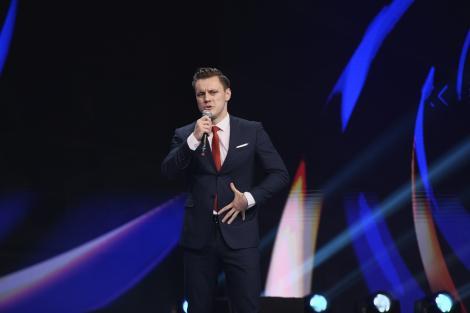 Mihai Lucacs, îmbrăcat la costum pe scena iUmor
