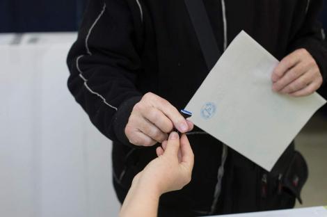 După numărarea a 85% din voturi, PSD are un avans de cinci procente în faţa PNL