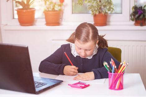 Fetiță, participând la cursurile online