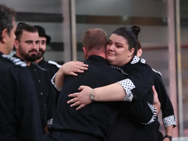 Claudia, îmbrățișându-l pe Foca, după ce acesta a fost eliminat din competiția Chefi la cuțite