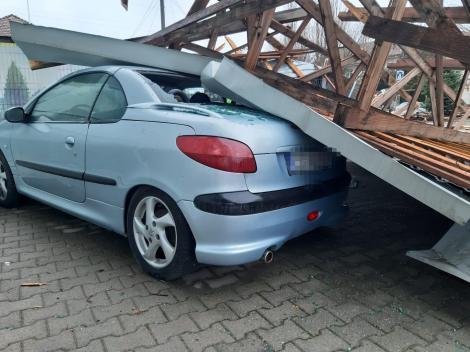 Acoperiş smuls de vânt de pe un service auto şi prăbuşit peste maşini, la Caransebeş