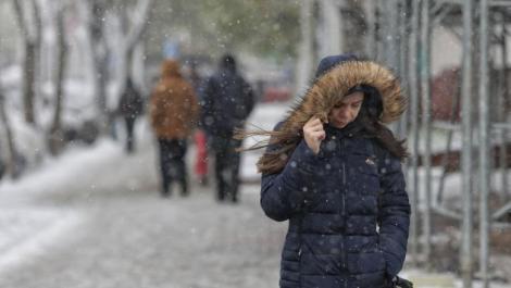 ANM: cod galben de intensificări ale vântului și zăpadă spulberată până mâine. Harta zonelor afectate