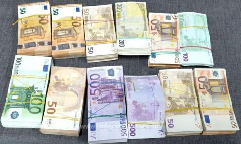 Gorj: Trei bărbaţi, arestaţi preventiv după ce au fost prinşi cu aproximativ 90.000 de euro contrafăcuţi, care urmau a fi puşi în circulaţie