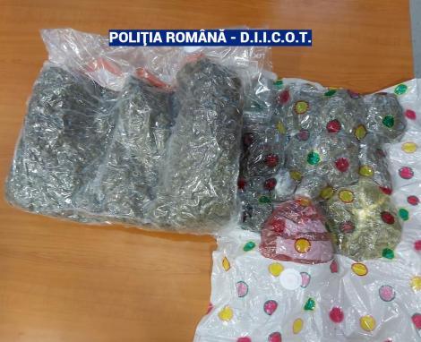 Doi bărbaţi, arestaţi preventiv după ce ar fi adus în ţară o cantitate mare de cannabis, pentru a fi vândut în Bucureşti; unul din ei, prins în flagrant când ridica un colet cu 2 kilograme de cannabis