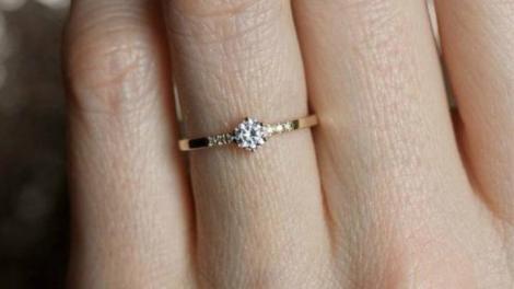 """O tânără și-a pozat inelul de logodnă, dar toți au fost scandalizați! Ce detaliu rușinos s-a văzut: """"Nu ți-e rușine?!"""""""