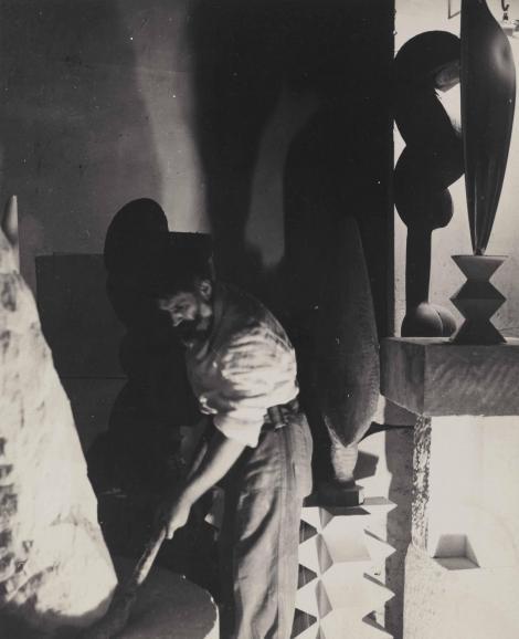 Jegărit, în genunchi, săpând cu mâinile în pământ. Așa și-a creat Constantin Brâncuși capodopera. Geniul s-a lăsat filmat în timp ce lucra - Video