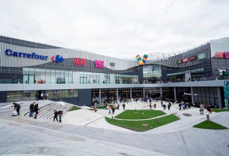 Ameninţare cu bombă într-unul dintre cele mai aglomerate mall-uri din București. Clădirea a fost evacuată