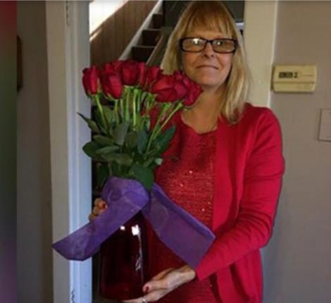 O femeie primește flori de la soțul său, deși acesta a murit de 8 ani! Motivul e înduioșător