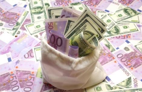 Euro creşte în continuare şi atinge un nou nivel record: 4,8026 lei. Dolarul american şi preţul aurului, noi niveluri record