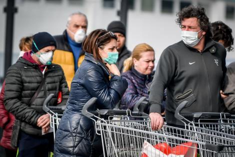 Imagini dramatice! Italienii din nordul ţării au luat cu asalt supermarketurile, iar săpunul dezinfectant şi măştile s-au epuizat