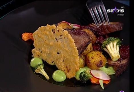 Mușchi de vită cu sos de vișine și garnitură de cartofi noi cu piure de broccoli