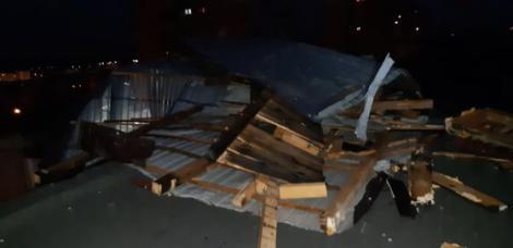 Stare de alertă din cauza furtunilor! Acoperișul unei ferme din Buzău s-a prăbușit peste 150 de oi. Măsuri de urgență pentru salvarea animalelor