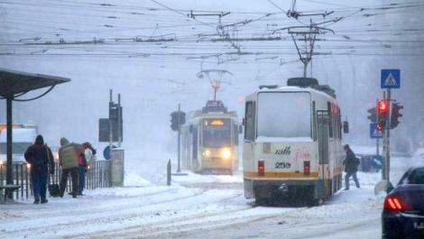 Tramvaie blocate în Capitală din cauza zăpezii. Unde sunt cele mai mari probleme