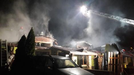 Şase locuinţe din Arad, afectate de un incendiu după explozia unei butelii. Un bărbat a ajuns la spital cu arsuri pe mâini şi pe faţă - FOTO