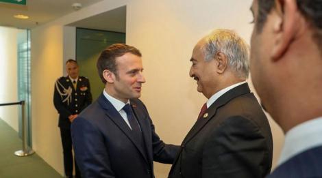 Mareşul Khalifa Haftar, primit de Macron, se angajează să semneze armistiţiul în Libia