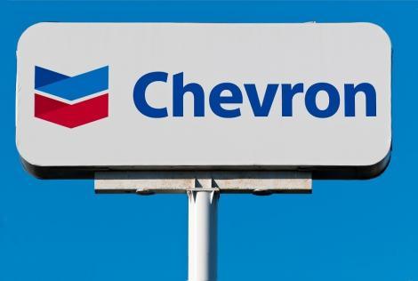 Tot mai mulţi producători americani de petrol reduc cheltuielile şi forajele, din cauza scăderii accentuate a preţurilor ţiţeiului