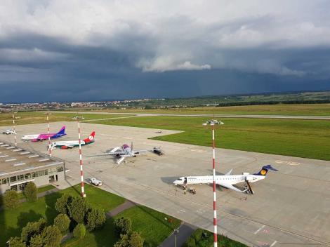 Un avion de la Stuttgart, cu 97 de pasageri, a aterizat pe Aeroportul Sibiu/ Toţi pasagerii vor intra în izolare la domiciliu