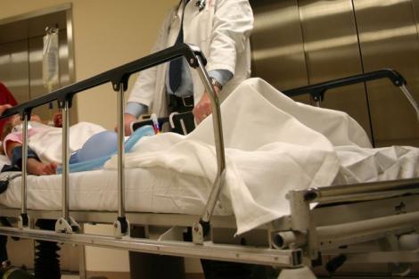 """""""Ia-l, nu am ce-i face!"""". Un medic, replică revoltătoare, pentru fiica unui pacient în stare gravă! Explicația conducerii spitalului"""