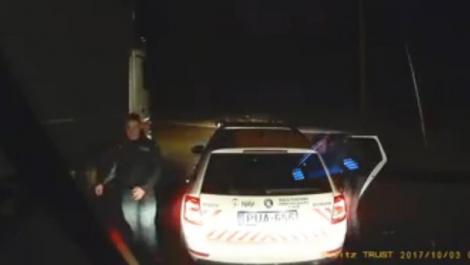 """Doi polițiștii din Ungaria au refuzat să controleze actele unui șofer român care venea din Italia: """"Tot ce trebuie să faci e să spui că vii de la Milano""""-Video"""