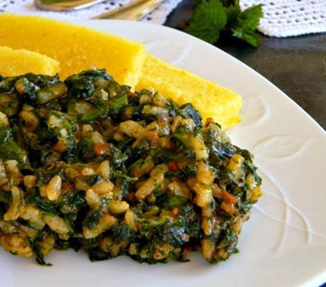 Rețetă de post: Mâncare de urzici cu orez, servită cu mămăliguță