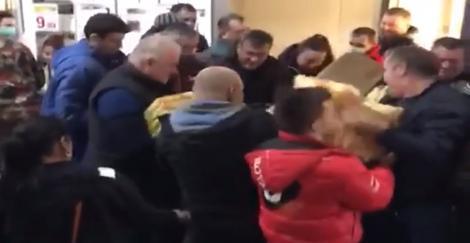 """În ce hal am ajuns...S-au bătut pentru un pachet de mălai! Nu e glumă, s-a întâmplat într-un magazin din România! Totul a fost filmat: """"Spălați-vă pe mâini, mămăligarilor!"""""""