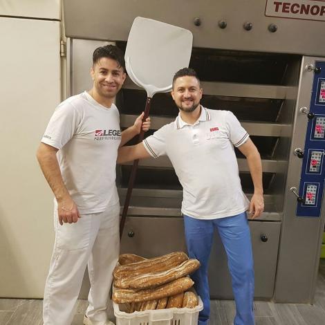 """Doi brutati români din Italia oferă pâine gratis bătrânilor de lângă Roma: """"Suntem datori să îi ajutăm. Oamenii sunt buni aici, muncitori și serioși"""""""