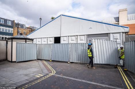 """Prea puține locuri în morgă! Un """"cort"""" uriaș a fost montat în Londra, pentru a ține sicriele omenilor răpuși de coronavirus"""