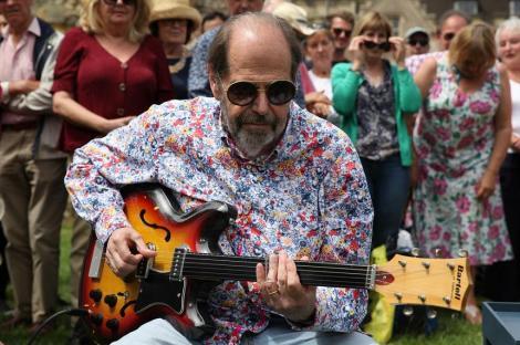 O chitară care le-a aparţinut lui John Lennon şi George Harrison, evaluată la 400.000 de lire sterline