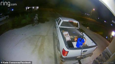 Video.Metoda ingenioasă prin care o femeie ține hoții la distanță de mașina sa. Aceștia se lasă baltă!