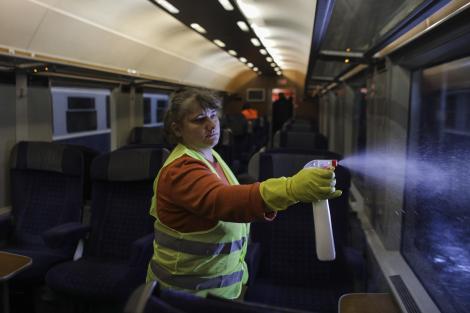 Ce băieți! Polonezii folosesc votca de contrabandă ca dezinfectant în lupta împotriva coronavirusului
