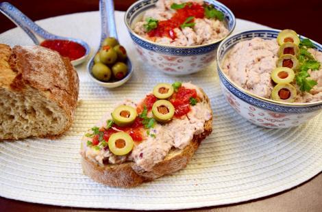 Rețetă de aperitiv cu pește. Pastă de pește conservat cu ceapă roșie și maioneză de țelină
