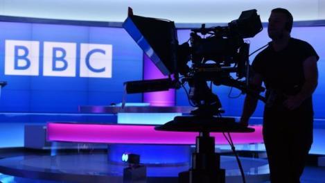 BBC News suspendă tăierea celor 450 de locuri de muncă pentru a asigura acoperirea subiectului Covid-19