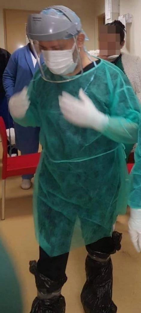 """Prea mici în fața coronavirusului. Medic din România, cu saci de gunoi în picioare, pe post de echipament de protecție: """"Așa ne-am echipat ca să vedem un pacient!"""""""