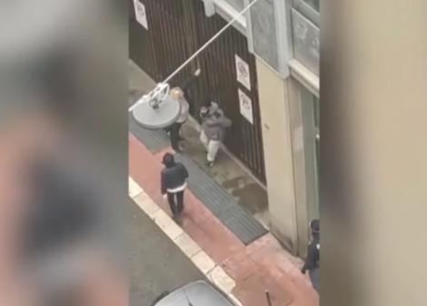 """Situație dramatică în Italia. Momentul în care doi tineri lovesc ușa unei bănci închise: """"Murim de foame. Nu mai avem bani!"""""""