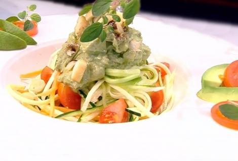 Rețetă de post. Spaghete din legume multicolore cu sos de avocado delicios și sănătos