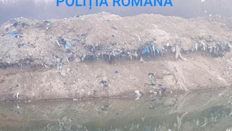 Mai multe persoane şi o firmă au fost acuzate de procurori pentru deversarea ilegală a sute de tone de deşeuri. Video