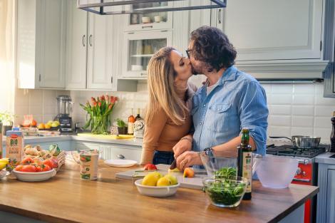 Chef Florin Dumitrescu și Cristina, soția sa, pentru prima oară protagoniști ai unui serial online filmat chiar la ei acasă