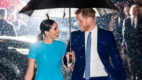 Meghan Markle radiază de când l-a luat pe Prințul Harry de lângă familia regală. Cum a apărut fosta ducesă la Londra - FOTO