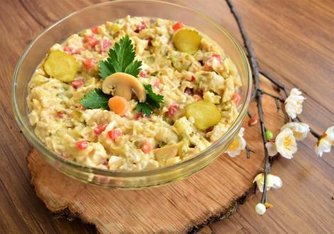 Salată de ciuperci cu piept de pui și castraveți murați. Rețetă de aperitiv pentru mesele festive