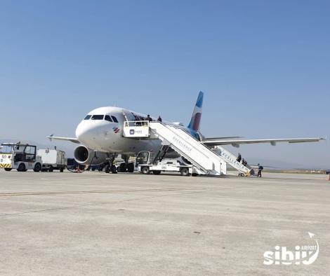 Două zboruri charter către Germania, programate de pe Aeroportul Sibiu/ Au fost organizate fluxuri separate cu marcarea distanţei recomandate de 1,5 – 2 metri