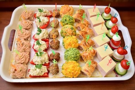 Platou cu aperitive pentru mesele festive. Idei de aperitive simple și rapide