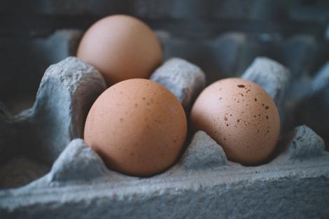 Atenție la ouăle pe care le cumperi de Paște! Știai că fiecare ou poartă informații ștanțate despre cum au fost crescute găinile