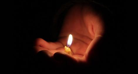 Persoanele de peste 65 de ani, dar și cei bolnavi vor putea primi lumina de Paște în anumite condiții. Care sunt regulile pe care trebuie să le respecte