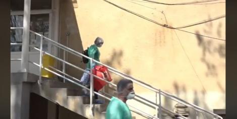 Timişoara: Şase mame vindecate în urma infectării cu coronavirus, aplaudate de medici la externarea din Maternitatea Bega. Bebeluşii lor au rămas în spital